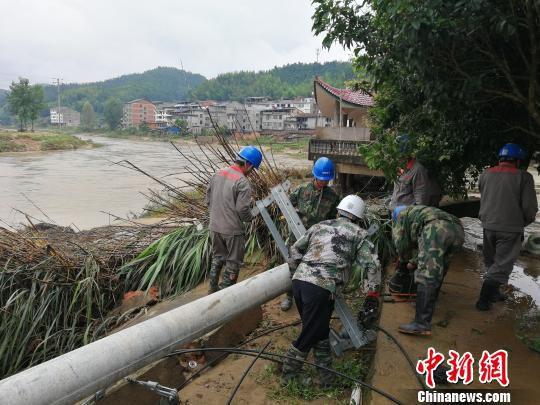 三明供电部门组织7支200余人队伍昼夜抢修恢复群众用电。三明电力供图