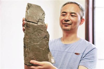 陈哲展示发现的古生物足迹化石 图片来源:北京青年报