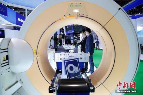 图为药企在进博会上展示各自的最新技术产品。汤彦俊 摄