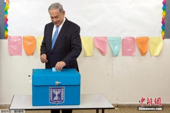 資料圖:當地時間2015年3月17日,以色列特拉維夫,以色列總理內塔尼亞胡參加大選投票。