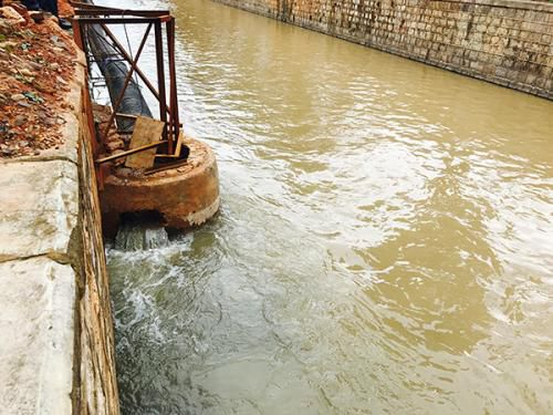 玉溪大河的临时截污管内污水并未按计划进入污水处理厂,而是最终溢流入河道。